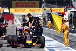 Daniil Kvyat, Red Bull Racing RB11 paradas en el pit lane