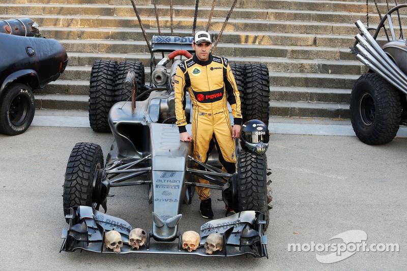 Pastor Maldonado, Lotus F1 Team, mit besonderem Overall und speziellem Autodesign, um den Film