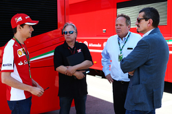 Esteban Gutierrez avec Gene Haas et Joe Custer, vice président de Stewart Haas Racing et Gunther Steiner