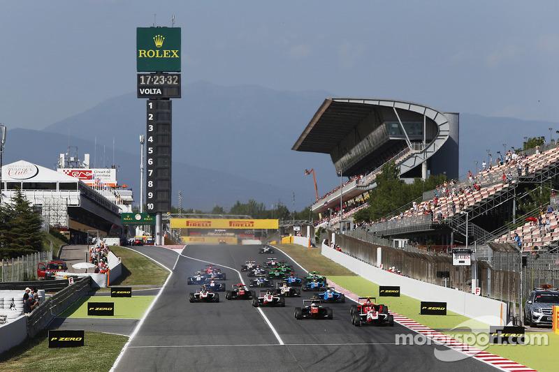 Start: Esteban Ocon, ART Grand Prix, vor Luca Ghiotto, Trident, und Emil Bernstorff, Arden International, und dem Rest des Feldes