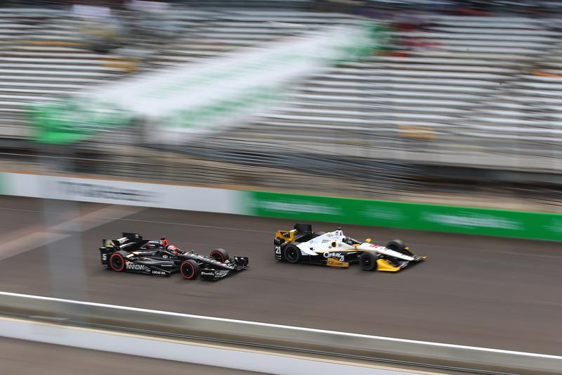 Josef Newgarden, CFH Racing, Chevrolet, und James Hinchcliffe, Schmidt Peterson Motorsports, Honda