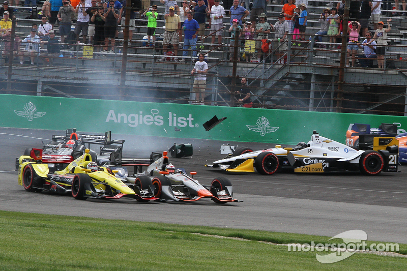 Startcrash um Helio Castroneves, Team Penske, Chevrolet; Scott Dixon, Chip Ganassi Racing, Chevrolet