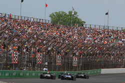 Vollbesetzte Tribünen am Indianapolis Motor Speedway