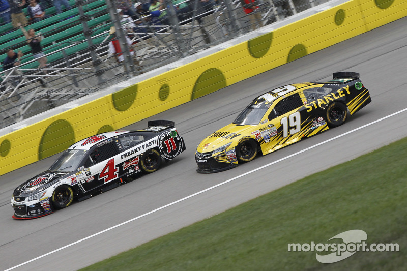 Kevin Harvick, Stewart-Haas Racing, Chevrolet, und Carl Edwards, Joe Gibbs Racing, Toyota
