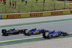 Фелипе Наср, Sauber C34 едет впереди Маркуса Эриксона, Sauber C34 и Дженсона Баттона, McLaren MP4-30 на старте гонки
