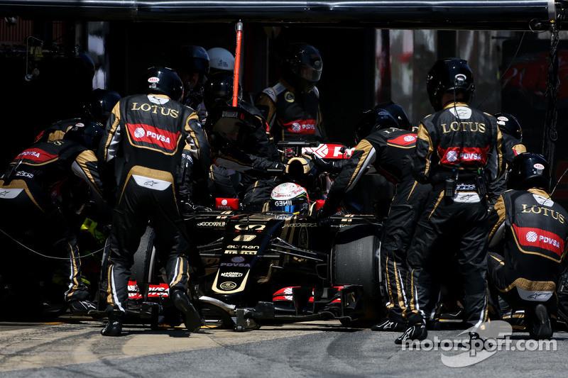 Romain Grosjean, Lotus F1 Team, beim Boxenstopp