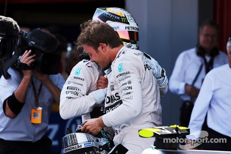 1. Nico Rosberg, Mercedes AMG F1, feiert im Parc Fermé mit 2. Teamkollege Lewis Hamilton, Mercedes AMG F1