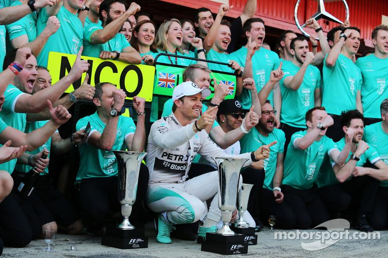 1. Nico Rosberg, Mercedes AMG F1, feiert mit dem Team