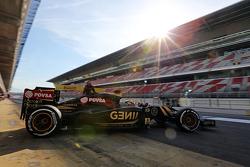 Пастор Мальдонадо, Lotus F1 E23 покидает пит-лейн