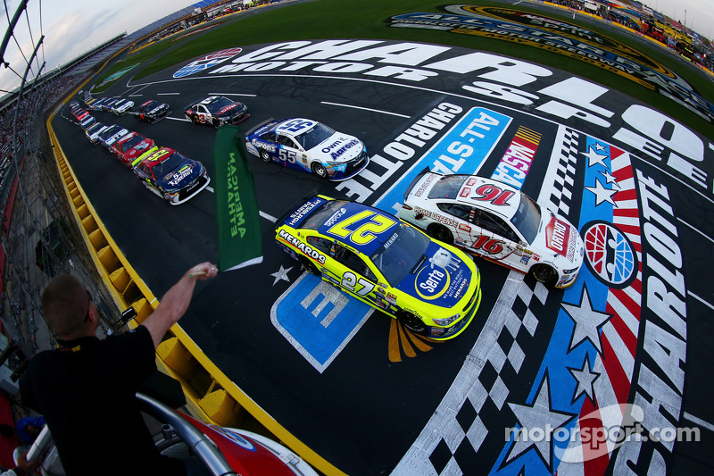 Start: Greg Biffle, Roush Fenway Racing Ford and Paul Menard, Richard Childress Racing Chevrolet lead the field