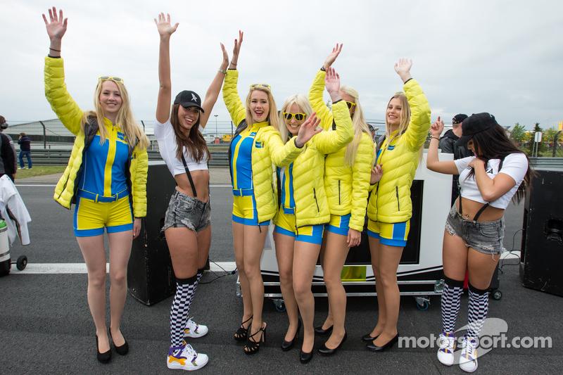 Black Falcon party girls bertemu Aston Martin Racing Aston girls di starting grid