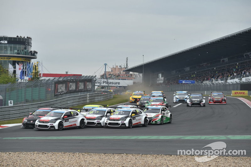 Race 1 Start: Jose Maria Lopez, Citroën C-Elysée WTCC, Citroën World Touring Car team leads