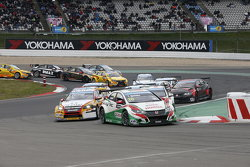 Старт второй гонки: Тьягу Монтейру, Honda Civic WTCC, Honda Racing Team JAS
