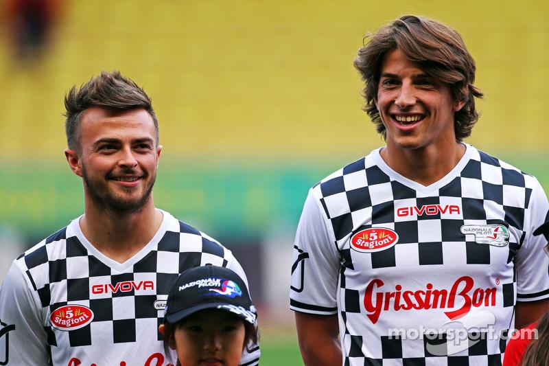(Von links nach rechts): Will Stevens, Manor F1 Team, und Teamkollege Roberto Merhi, Manor F1 Team, bei einem Fußballspiel für den guten Zweck