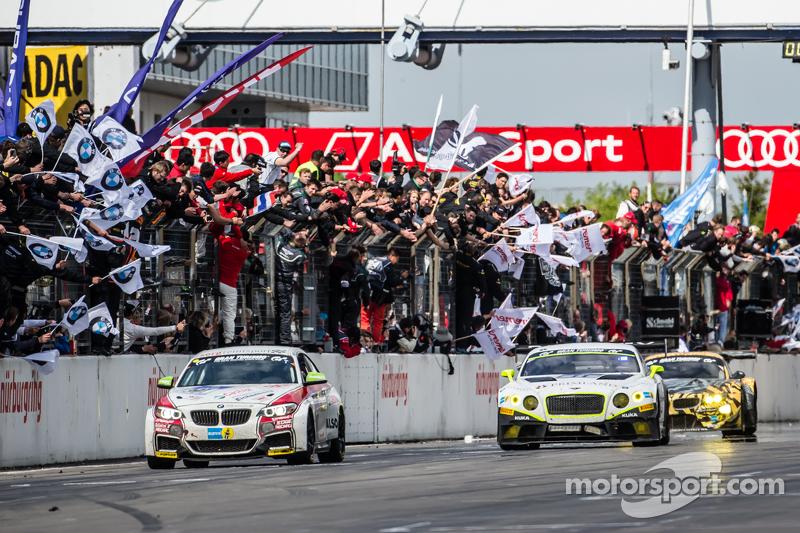 Checkered прапор: #301 Sorg Rennsport BMW M235i Racing: Friedhelm Mihm, Heiko Eichenberg, Kevin Waru