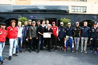 Берни Экклстоун, Алекс Вурц, наставник пилотов Williams и президент GPDA, и Чарльз Брэдли, главный редактор Motorsport.com вмесле с пилотами на церемонии презентации опроса GPDA
