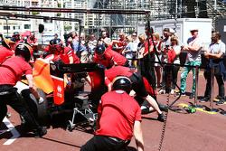 Manor F1 Team oefent een pitstop, gadegeslagen door Chris Evans, presentator