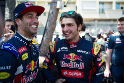 (L to R): Даніель Ріккіардо, Red Bull Racing з Карлос Сайнс мол., Scuderia Toro Rosso
