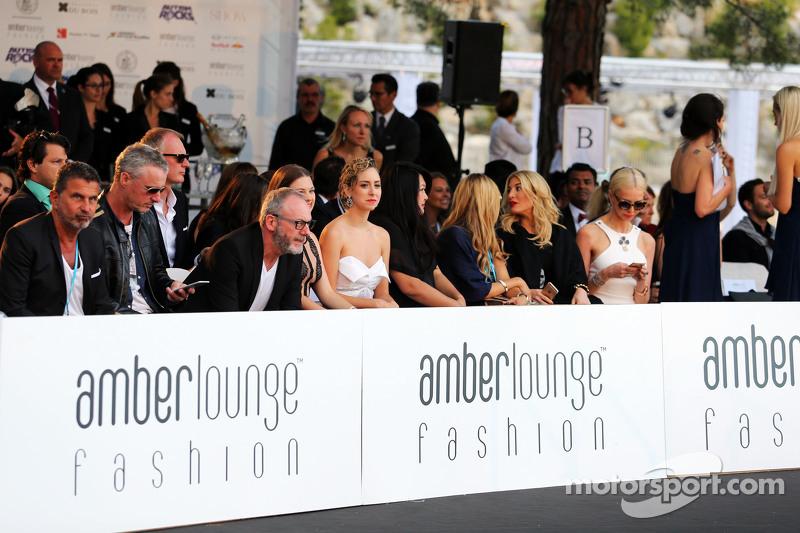 (Von links nach rechts): Fahrermanager Enrico Zanarini, Eddie Irvine und Schauspieler Liam Cunningham bei einer Modenschau