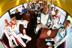 Fahrer-Gruppenfoto mit einem Doppeldeckerbus