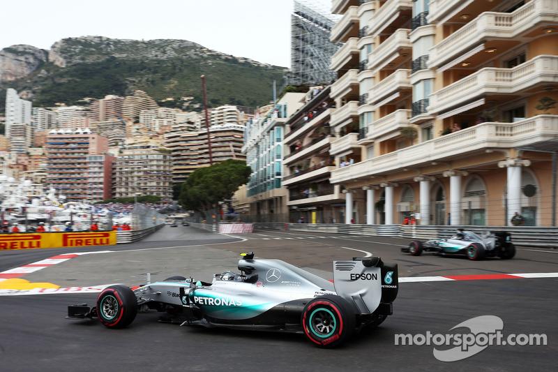 Nico Rosberg, Mercedes AMG F1 W06, und Teamkollege Lewis Hamilton, Mercedes AMG F1 W06, kommt von de