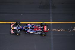Max Verstappen, Scuderia Toro Rosso STR10, zorgt voor vonken