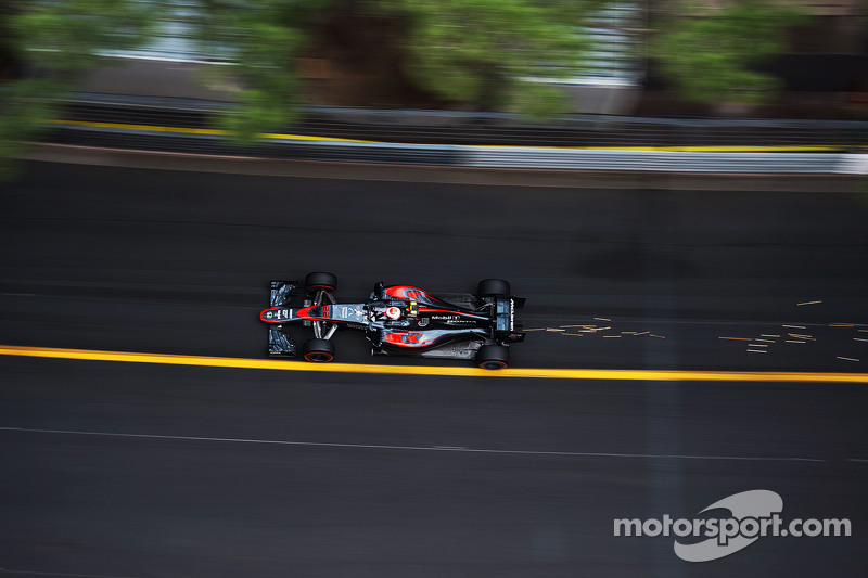 Jenson Button, McLaren MP4-30 sends sparks flying