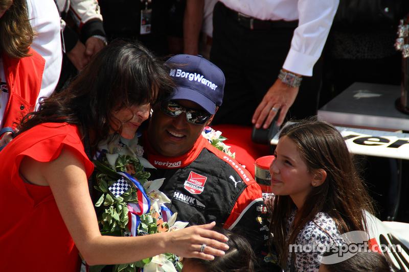 Race winner Juan Pablo Montoya, Team Penske Chevrolet with his family