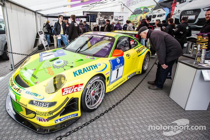 Der berühmte gelb-grüne #1 Team Manthey, Porsche 911 GT3 RSR aus den frühen 2000er-Jahren