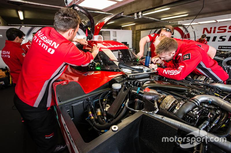 #22 Nissan Motorsports, Nissan GT-R LM NISMO, Crew am Arbeiten