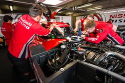 #22 Nissan Motorsports kru tim Nissan GT-R LM NISMO sedang melakukan pengecekan mobil