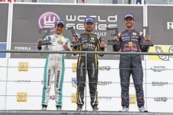 Podium: racewinnaar Matthieu Vaxivière, tweede plaats Jazeman Jaafar, derde plaats Dean Stoneman