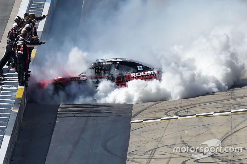 1. Chris Buescher, Roush Fenway Racing, Ford, feiert