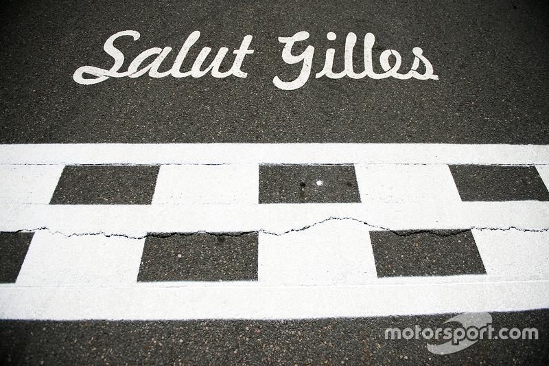 Salut Gilles tribute on the start / finish straight