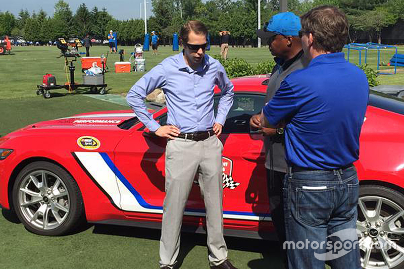 Brad Keselowski mit dem Cheftrainer der Detroit Lions, Jim Caldwell, und dem Präsidenten des Michigan International Speedway, Roger Curtis