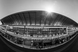 Le Mans pitstraatsfeer en pitgebouw