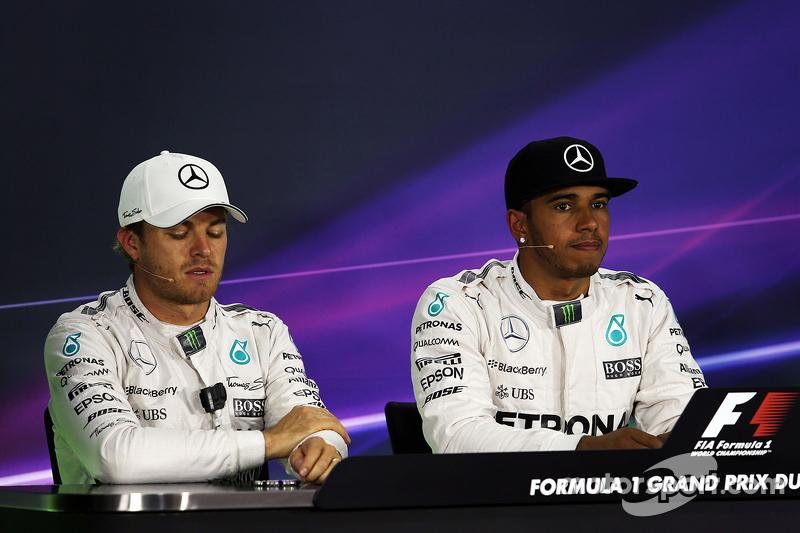 2. Nico Rosberg, Mercedes AMG F1, mit Teamkollege und Pole-Sitter Lewis Hamilton, Mercedes AMG F1, i