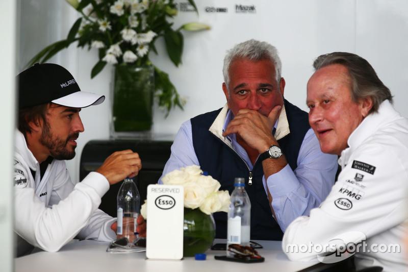 Fernando Alonso, McLaren, mit Geschäftsmann Lawrence Stroll und Mansour Ojjeh, McLaren-Teilhaber