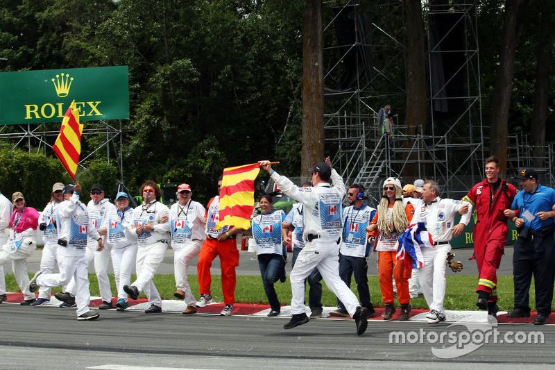 Sportwarte genießen die Fahrerparade