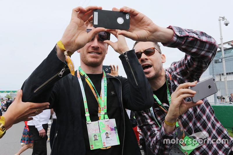 Michael Fassbender, Schauspieler, mit Bryan Singer, Filmregisseur in der Startaufstellung