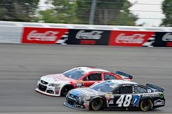 Jimmie Johnson, Hendrick Motorsports, Chevrolet, und Kevin Harvick, Stewart-Haas Racing, Chevrolet
