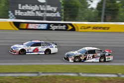 Trevor Bayne, Roush Fenway Racing Ford y Clint Bowyer, Michael Waltrip Racing Toyota