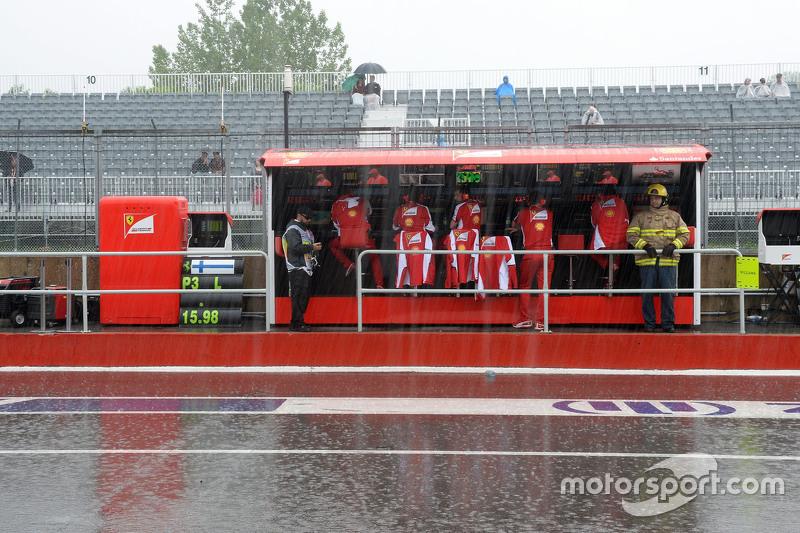 Regen fällt auf den Ferrari-Kommandostand