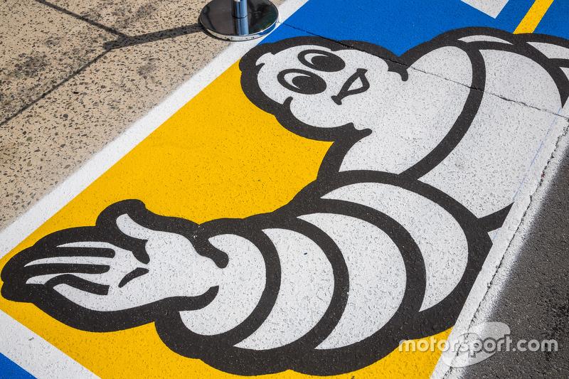 Логотип Michelin на пит-лейне