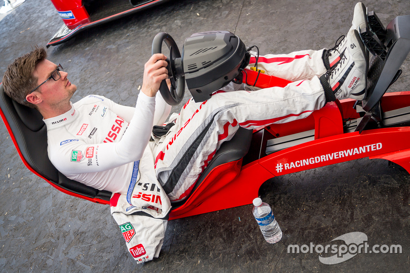 Nissan Motorsports: Alex Buncombe an der Playstation