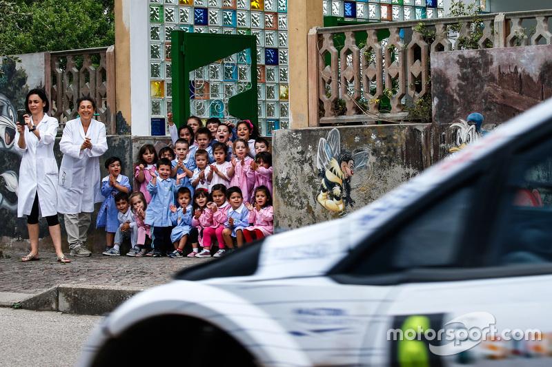Junge Fans verfolgen die Rally-Action