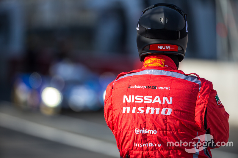 Nissan pit crew