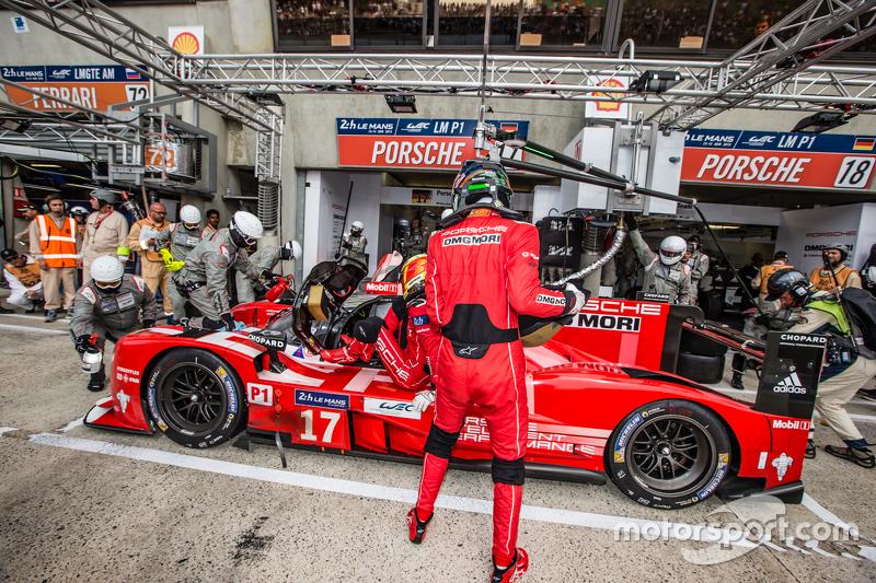 Pit stop untuk #17 Porsche Team Porsche 919 Hybrid: Timo Bernhard, Mark Webber, Brendon Hartley