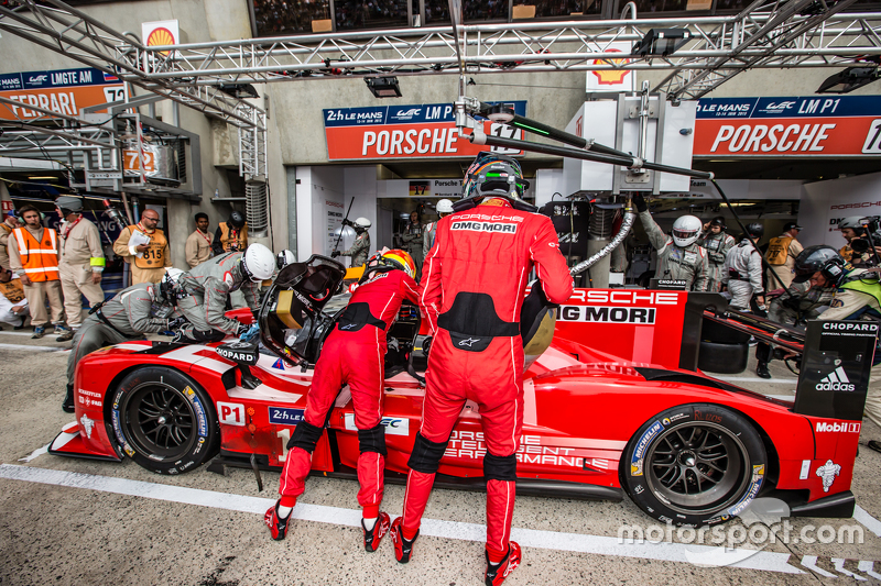 Pit stop for #17 Porsche Team Porsche 919 Hybrid: Timo Bernhard, Mark Webber, Brendon Hartley