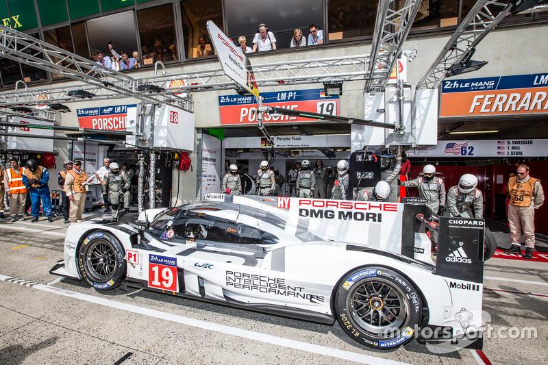 Pit stop for #19 Porsche Team Porsche 919 Hybrid: Nico Hulkenberg, Nick Tandy, Earl Bamber